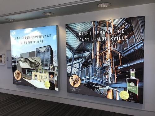 さすがバーボンの街。空港にはバーボンの広告ばかり。