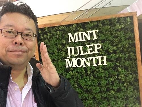 「ケンタッキー・ダービー」が開催される一ヶ月を「ミント・ジュレップ・マンス」と呼ぶらしい。この看板の緑の部分は、鉢植えの本物のミントです。