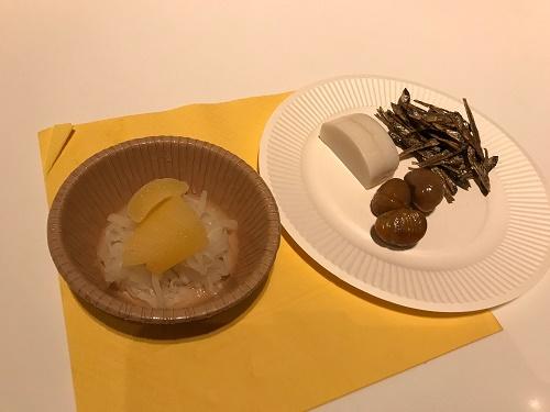 左の皿 ナマス、数の子 右の皿 かまぼこ、勝栗、田作り